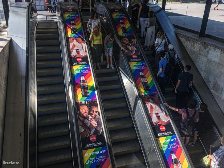 A Coca-Cola kampányának plakátjai a Batthyánytéren