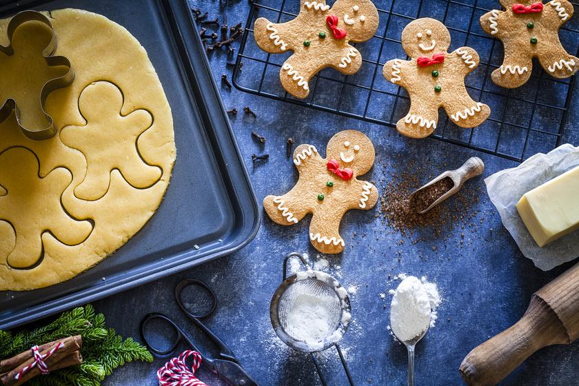 A mézeskalács tésztáját pofonegyszerű elkészíteni: 50 dkg liszthez adj hozzá 16 dkg porcukrot, 1 kávéskanál szódabikarbónát, fél kávéskanál fűszerkeveréket, üss bele 1 tojást, adj hozzá 20 dkg mézet és 2,5 dkg margarint. Gyúrd össze, majd, ha összeállt a tészta, 2-3 órára tedd hűtőbe pihenni. Ha letelt az idő, szaggasd ki nagyon vékonyra, majd mehet a tepsibe és a sütőbe. Díszítsd kedved szerint.