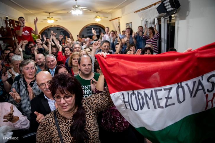 Önkormányzati választás eredményét várók Márki-Zay Péter eredményváróján Hódmezővásárhelyen