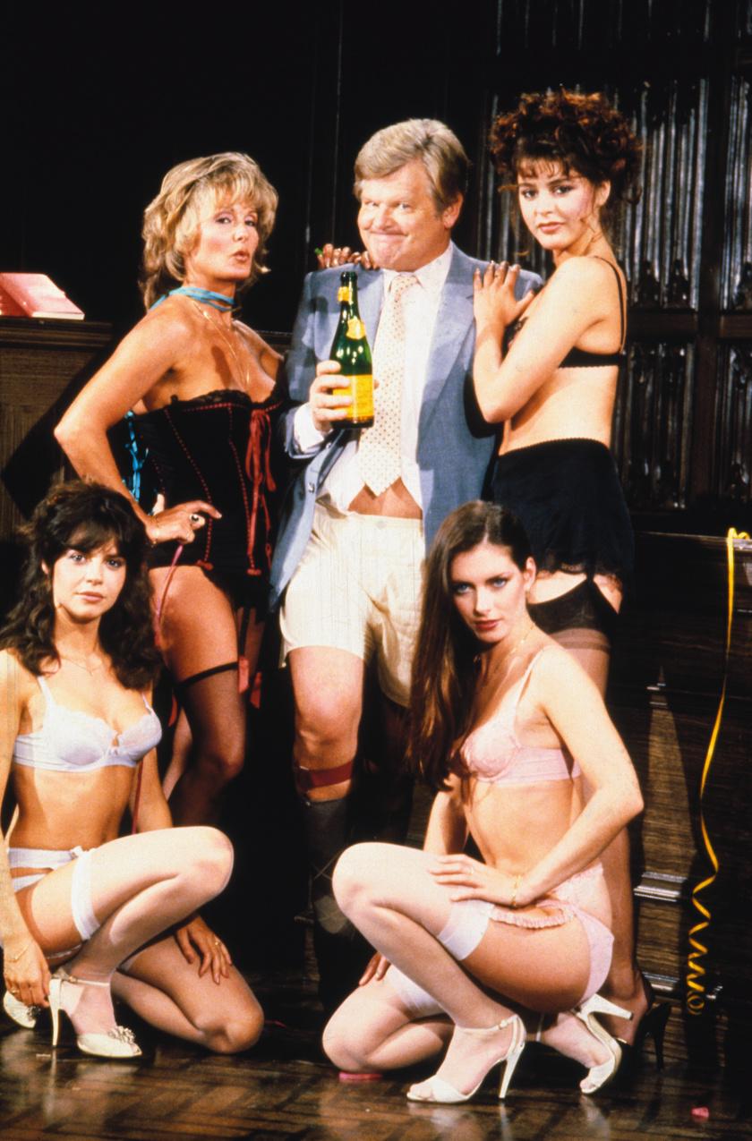 Benny Hill gyakran pózolt csinos nőkkel, ennek ellenére sosem volt szerencséje, ha szívügyekről volt szó.