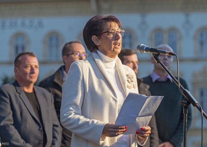 Glázer Tímea a gyri ellenzéki összefogás polgármesterjelöltje felszólal a Tüntetés Borkai Zsolt és a maffiakormányzás ellen elnevezésű rendezvényen a győri városháza előtti téren 2019. október 12-én.