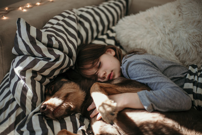 kutyaval-alszik-a-gyerek