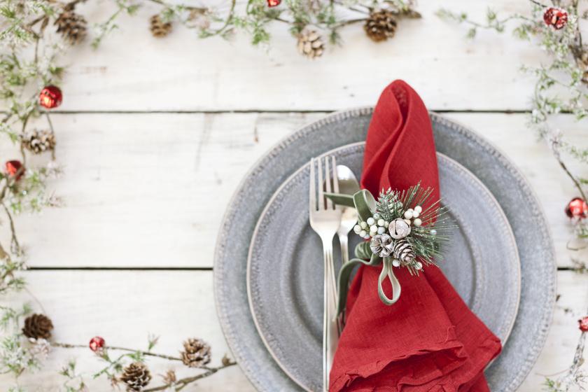 Néhány mozdulattal álomszép szalvéták a karácsonyi terítékhez: mutatjuk a legjobbakat