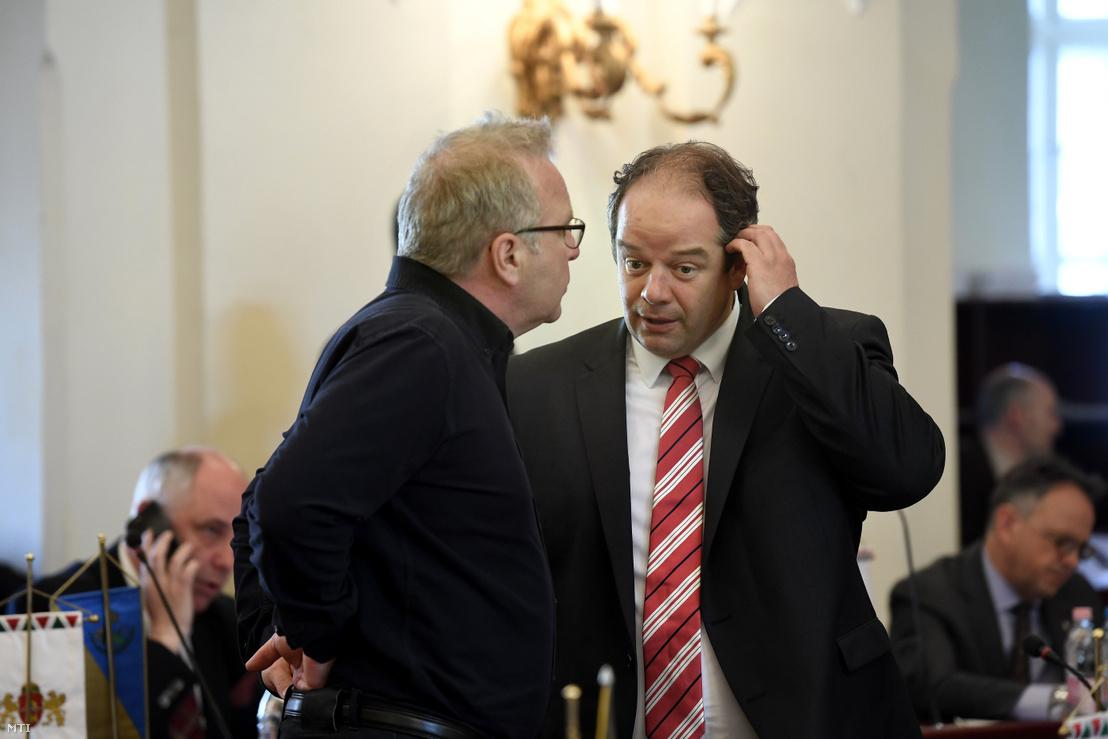 Pokorni Zoltán (Fidesz-KDNP) a XII. kerület (b) és Hoffmann Tamás (Fidesz-KDNP) a XI. kerület polgármestere a Városháza dísztermében 2018. április 25-én.