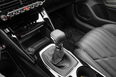 Pontatlan, akad a váltó, s ezt a Peugeot-féle szögletes gomb még pszichikailag fel is erősíti