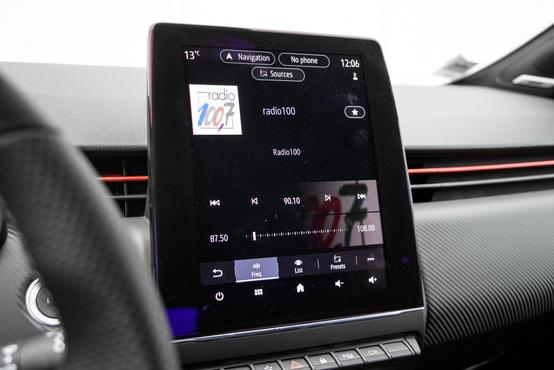 Nem valami szép egy ilyen pici autóban, ha egy ekkora tablet álldogál a műszerfal közepén, de például navizáshoz sokkal logikusabb