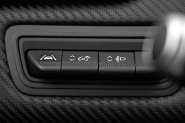 A vezetéssegítő elektronikák kapcsolópultja a Clióban, bal térdtől felfelé