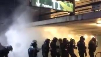 Többezres tömeget oszlattak a rohamrendőrök Barcelona repterén, több tucat sérült