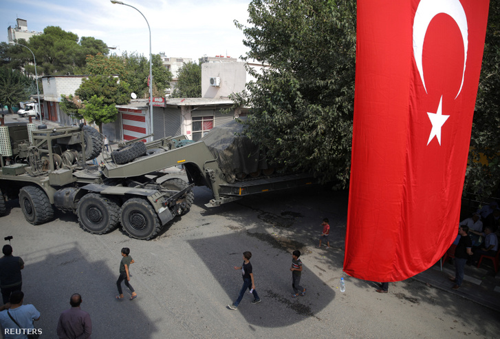 Török hadi eszközöket szállítanak Törökország Szíriával közös határánál.