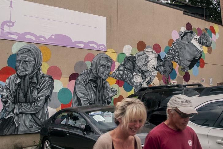Parkdale egyszerre szlömös és menő. A régi, leromlott állapotú házak környezetében virágzik a street art és egymást érik a dizájn-kávézók.