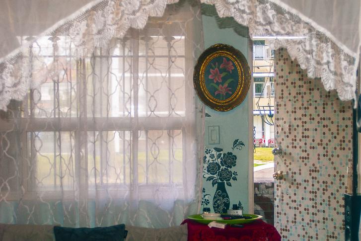 Anitáék egy ikerházon osztozkodnak egy másik roma családdal. Igyekeztek Torontóban is otthonos környezetet teremteni maguk körül.