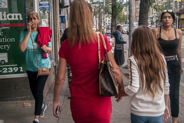 Anita és kislánya, Lejla körbevezettek a környékükön, hogy megmutassák Parkdale-t egy magyar roma szemével. Az egyik legtöbbet látogatott hely egy kedves ázsiai nő vegyesboltja volt, aki szívesen szerez be igény szerint magyar élelmiszereket is, hogy a vásárlóinak kedvezzen. A Vegeta fogy a legjobban.