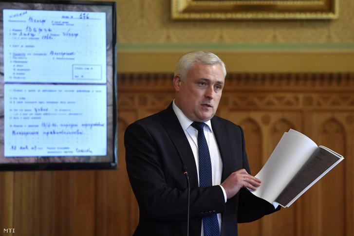 Andrej Juraszov az Orosz Levéltári Ügynökség (Roszarchiv) helyettes vezetője bemutatja a kartonokat
