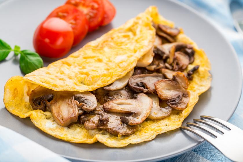 Tökéletes reggeli a pirított gombás, zöldfűszeres rántotta, amelyhez jól illik a kakukkfű vagy az oregánó is. A tojásban csaknem minden fontos vitamin és ásványi anyag megtalálható, így jó kiegészítője a gombának.