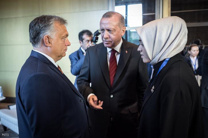 Orbán Viktor miniszterelnök (b) és Recep Tayyip Erdogan török elnök a Türk Tanács csúcstalálkozóján Bakuban kedden