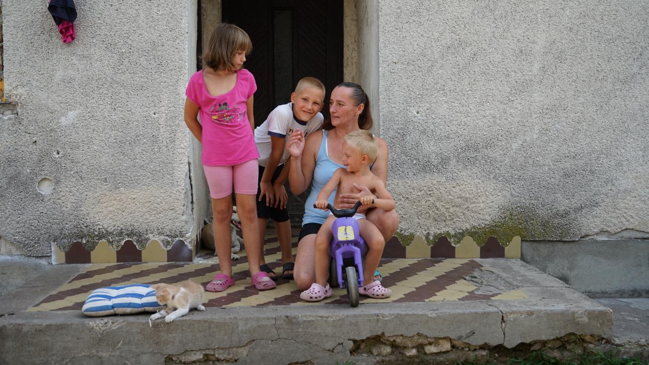 Megvan a 23 millió! Nem kell többé egyetlen szobában, áram nélkül élnie Szilvia családjának