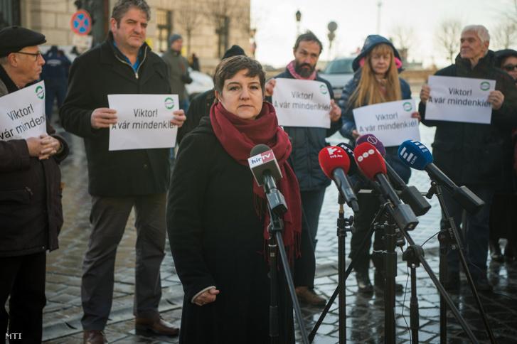 V. Naszályi Márta, a Párbeszéd fővárosi képviselője Üdvözlet Miniszterelnök úr! címmel sajtótájékoztatót tart az I. kerületi Dísz tér és a Hunyadi János utca sarkán 2019. január 2-án.