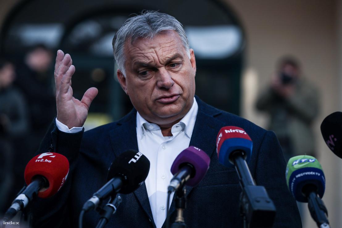 Orbán Viktor miniszterelnök nyilatkozik a sajtó munkatársainak, miután leadta szavazatát az önkormányzati választáson 2019. október 13-án