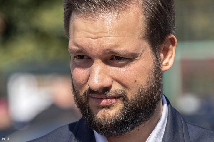 Déri Tibor, a Momentum környezetvédelmi politikusa az ellenzéki pártok újpesti polgármesterjelöltjének sajtótájékoztatója a Köztársasági Elnöki Hivatal előtt a Szent György téren 2019. szeptember 20-án.