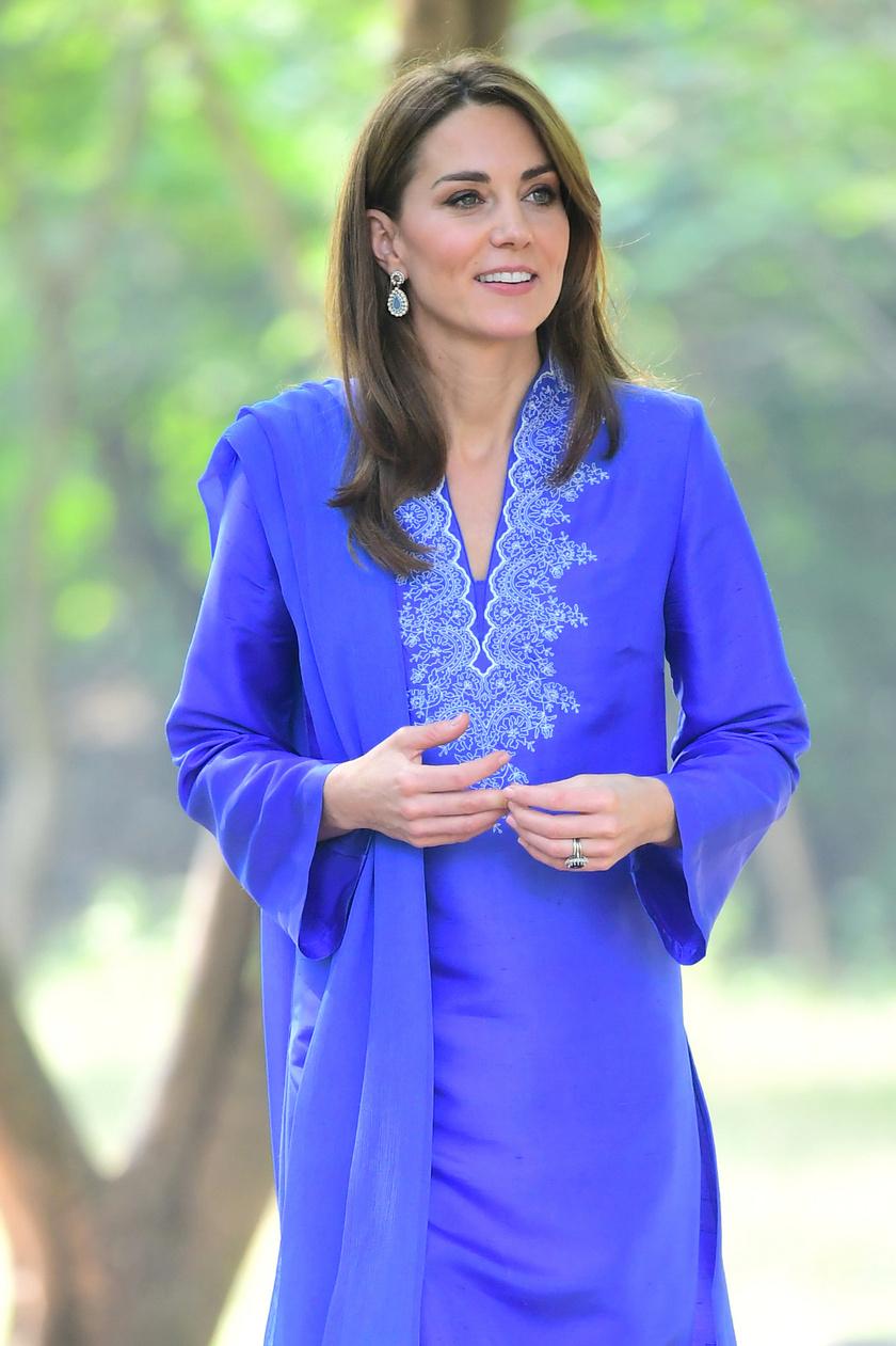 Katalin hercegné egy ilyen egyszerű, szimpla ruhában is kiragyogott a tömegből - a helyiek nagyon örültek, hogy bevállalta a helyi népviseletet.
