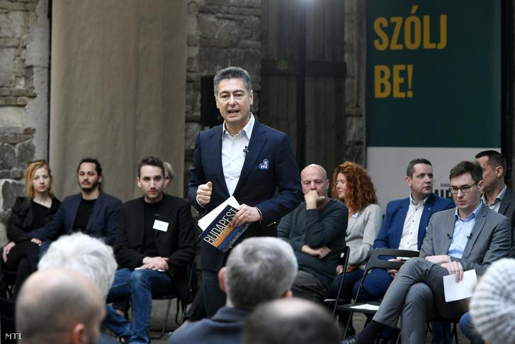 Horváth Csaba beszél a Miért kell és hogyan lehet elérni a változást Budapesten? című kampányindító rendezvényén a budapesti Anker't romkocsmában 2019. április 13-án