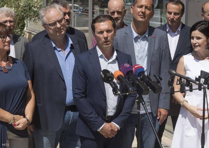 Szaniszló Sándor sajtótájékoztatón beszél a XVIII. kerületi önkormányzat épülete előtt 2019. július 25-én. Az Üllői, a Nagykőrösi és a Gyömrői út felújítását, a Cséry-telep rekultivációját, illetve az 50-es villamos korszerűsítését ígérte.