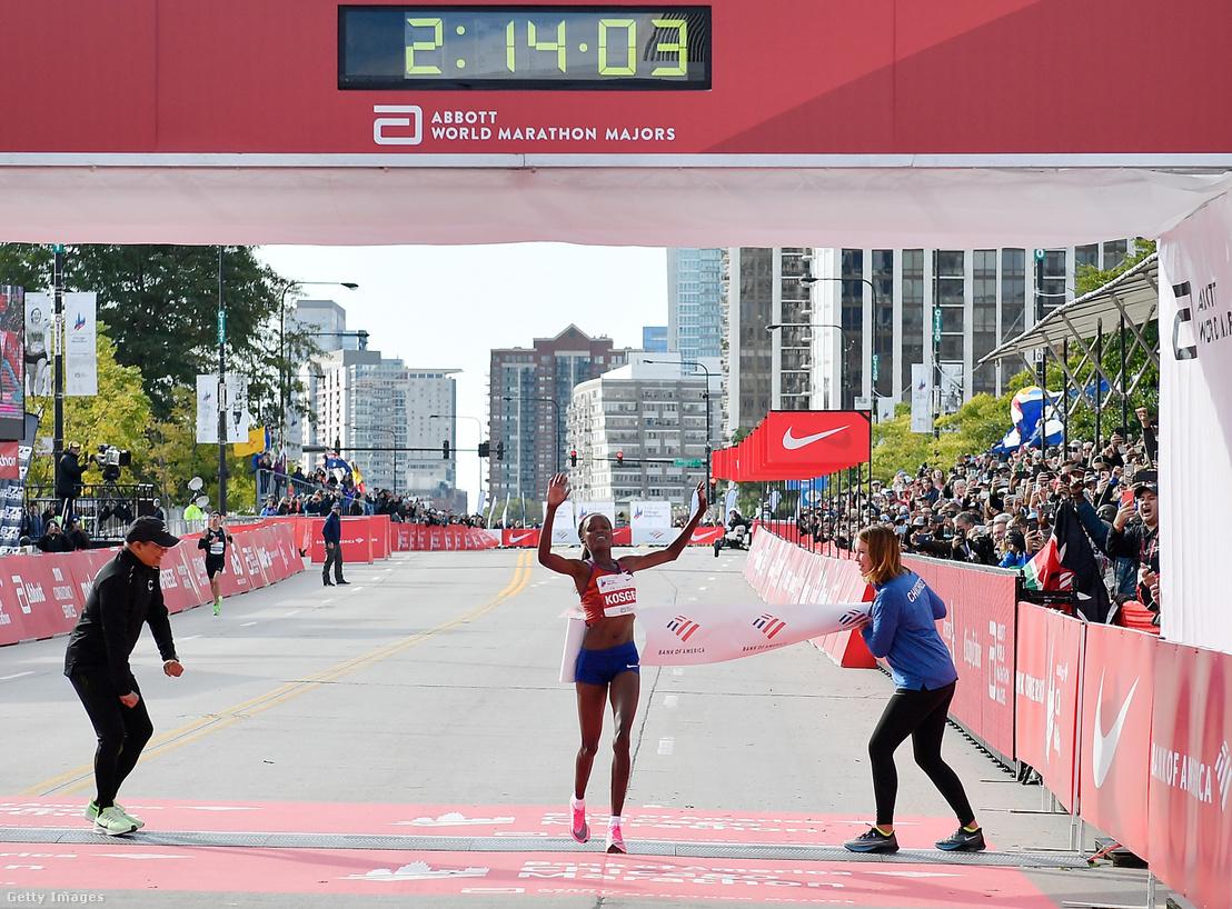 A kenyai Brigid Kosgei 2:14:04 óra alatt teljesítette a chicagói maratont, ezzel megdöntötte a klasszikus táv 2003-as női világcsúcsát 81 másodperccel.