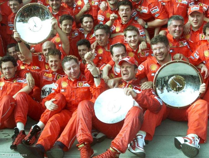 Michael Schumacher, Jean Todt, Rubens Barichello és a Ferrari győztes csapata a 2000-es Ausztráliai Nagydíj után