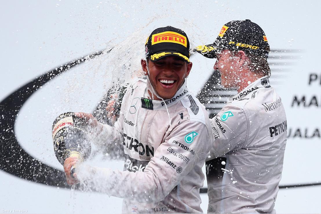 Lewis Hamilton és Nico Rosberg ünneplik első és második helyezésüket a 2014-es Malajziai Nagydíjon március 30-án