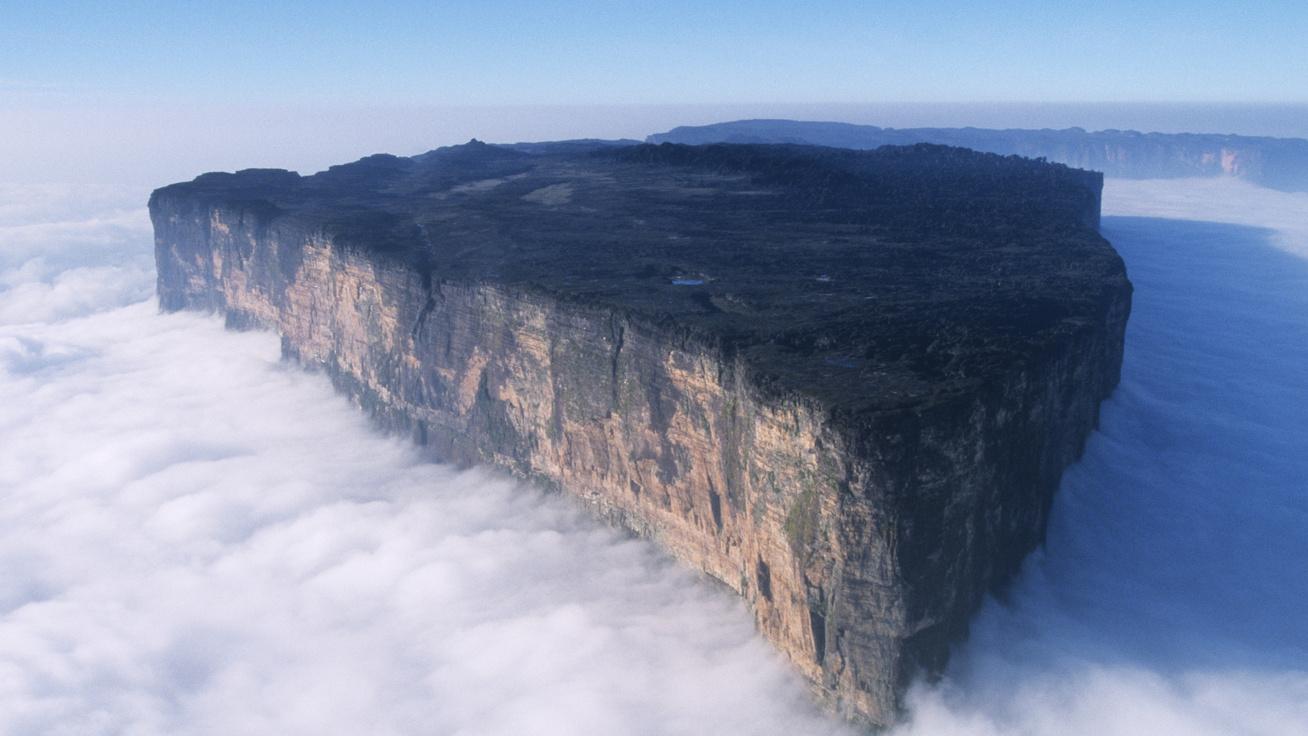 Különlegesen szép látvány: mintha lebegne a gigantikus szikla - Sokáig találgatták, mi lehet a csúcsán