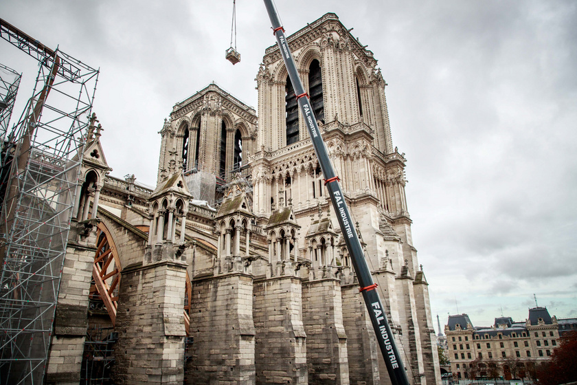 A gótikus katedrálison jelenleg a helyreállítást előkészítő munkálatokat végzik.