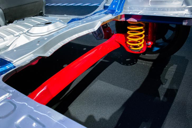 Új a csatolt hosszlenőkaros hátsó futómű is. A torziós keresztgerenda lényegesen merevebb, a tekercsrugók lágyabbak. Ebből lesz ám enjoyment