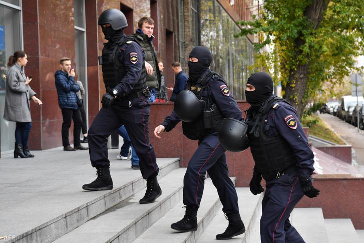 Rendőrök az alapítvány egyik moszkvai irodájánál 2019 október 15-én