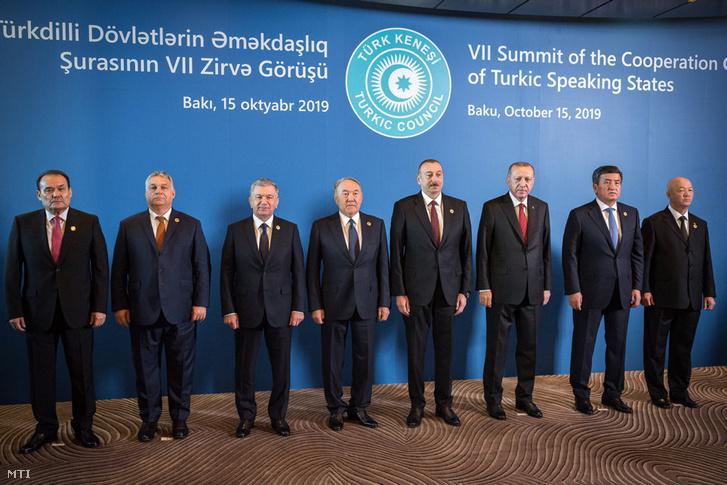 Borítókép: Orbán Viktor miniszterelnök a Türk Tanács csúcstalálkozóján Bakuban 2019. október 15-én.