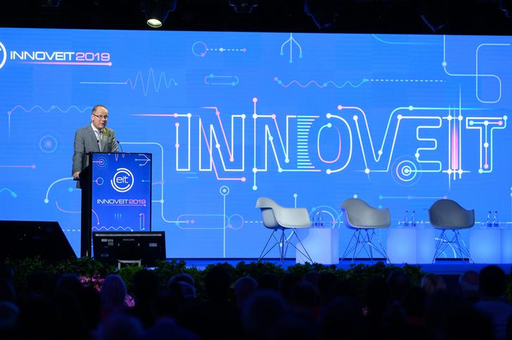 Navracsics Tibor beszédet mond az InnovEIT hivatalos megnyitóján.