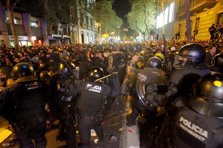 A tiltakozók egy csoportja üdítős dobozokkal, petárdákkal, kövekkel dobálta az épületet védő rohamrendőröket, és megpróbálták áttörni a védelmi kordont, de a hatóságok visszaszorították őket, gumibotokat és gumilövedékeket vetettek be ellenük