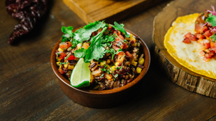Ez a füstös-fűszeres jambalaya vegán változatban is tele van ízekkel