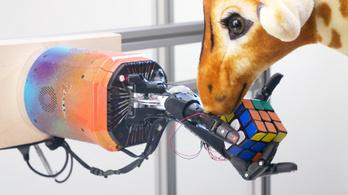 Simán kirakja a Rubik-kockát az autodidakta MI robotkeze