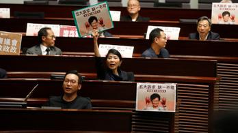 Káosz a hongkongi parlamentben: félbeszakították a kormányzó beszédét