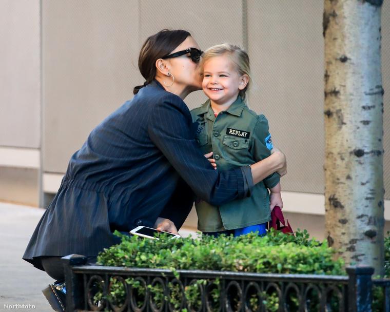 A kis Lea De Seine nagyon örül édesanyja puszijának, ami érhető is, mi is odalennénk, ha egy szupermodell arcon csókolna minket
