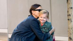 Irtóra cukin puszilkodott Irina Sayk és kislánya
