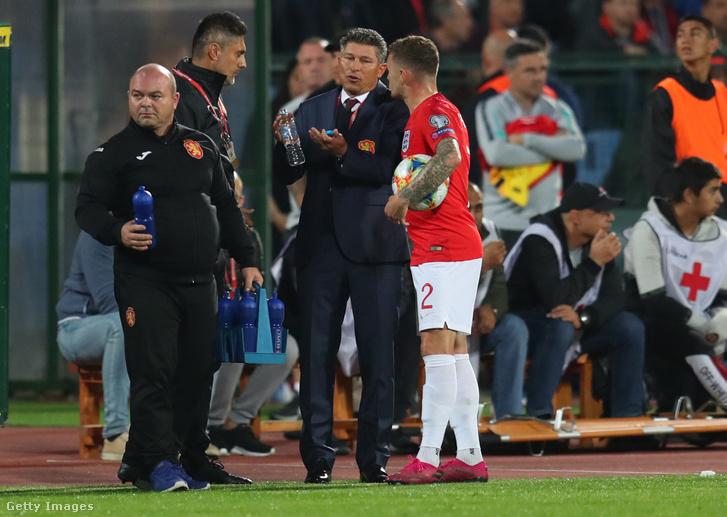 Balakov meccs közben magyarázkodik az angol Trippiernek