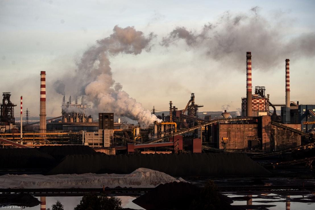 Az Ilva (ma már ArcelorMittal) által üzemeltetett acélmű 2017-ben. Ez Európa legnagyobb működő acélgyára, ahol az üzem fénykorában 22 ezer ember dolgozott - de a fénykor már véget ért.
