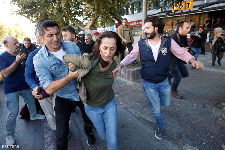 Civil rendőrök vesznek őrizetbe egy kurdokért tüntető nőt egy törökországi tüntetésen 2019 október 13-án.