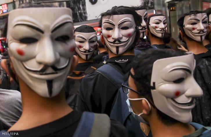 Guy Fawkes katolikus lázadó maszkját viselő kormányellenes tüntetők Hongkong belvárosában 2019. október 6-án.