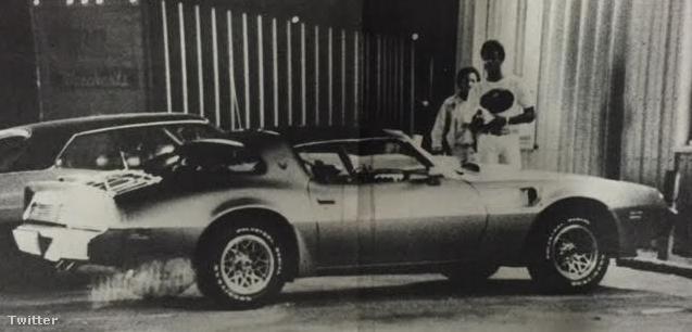 Dickerson az ajándékba kapott autóval