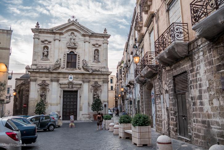 A San Cataldo-székesegyház az óváros közepén; a barokk homlokzat mögött egy 11. századi bizánci bazilika rejtőzik. A régi városrész teli van páratlan értékekkel.