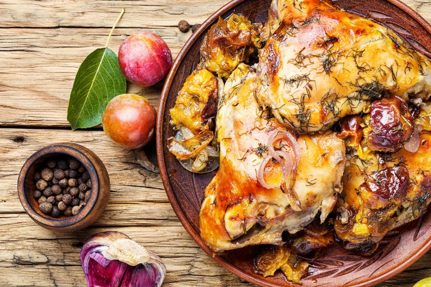 Ropogós, omlós szilvás csirke a sütőből: egyszerre édes és sós