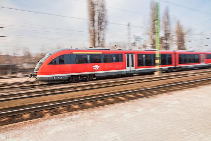A MÁV START Zrt. elővárosi motorvonata halad át a rákosrendezői pályaudvaron Szob felől Budapest irányába.