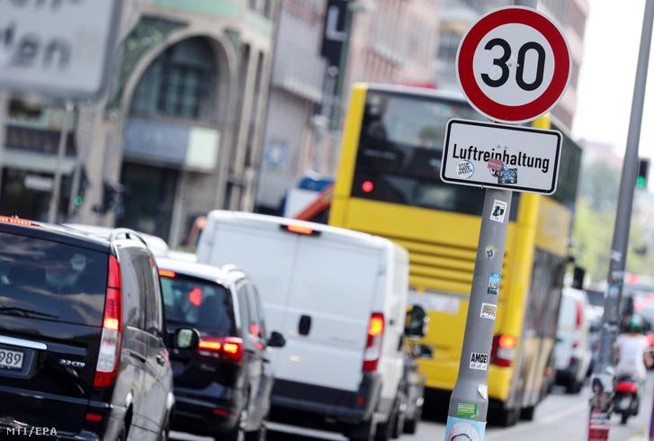 Levegőminőség-ellenőrzést hirdető tábla a berlini Leipziger utcán 2019. július 23-án.